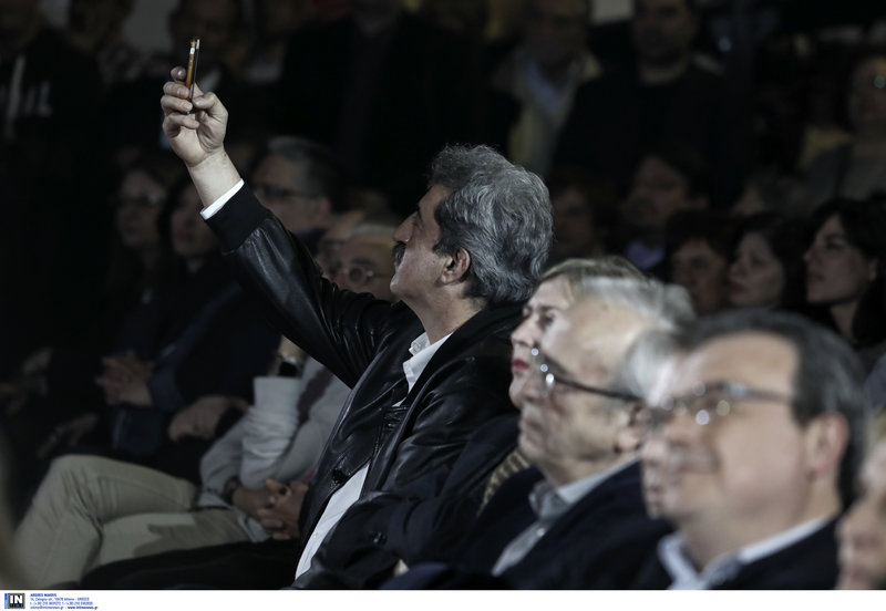 Ο Παύλος Πολάκης τραβάει σέλφις στο ΣΕΦ