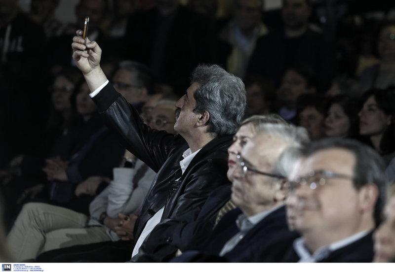Ο Παύλος Πολάκης τραβά σέλφι στο ΣΕΦ