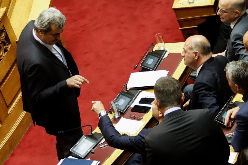 Ο Πολάκης μπροστά σε βουλευτές της ΝΔ στη Βουλή