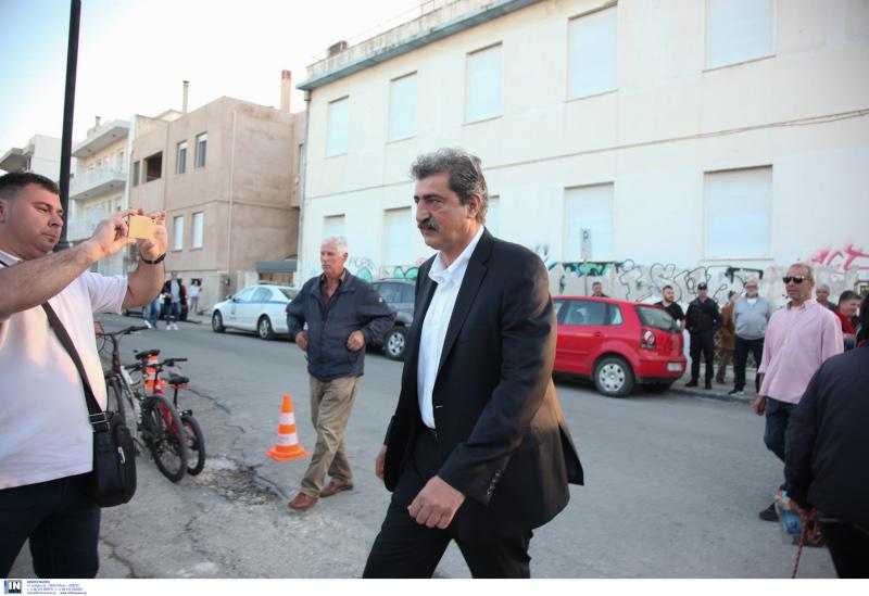 Ο Παύλος Πολάκης προσέρχεται στο κλειστό των Χανίων για την ομιλία Τσίπρα