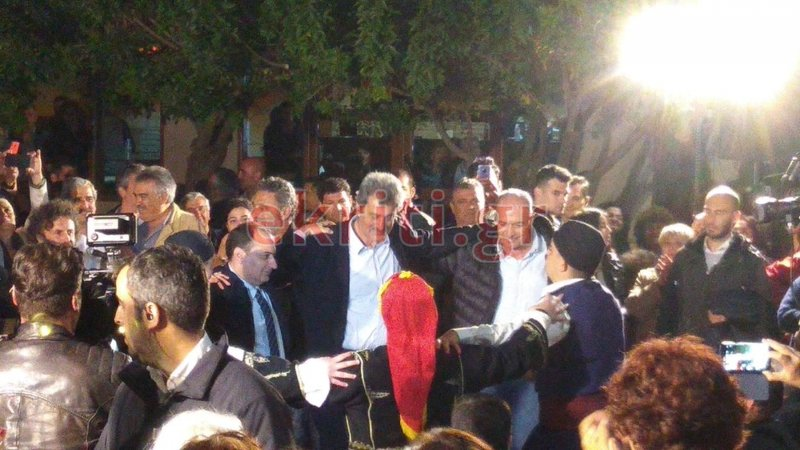 Χρήστος Σπίρτζης και Παύλος Πολάκης χορεύουν αγκαλιασμένοι κρητικά