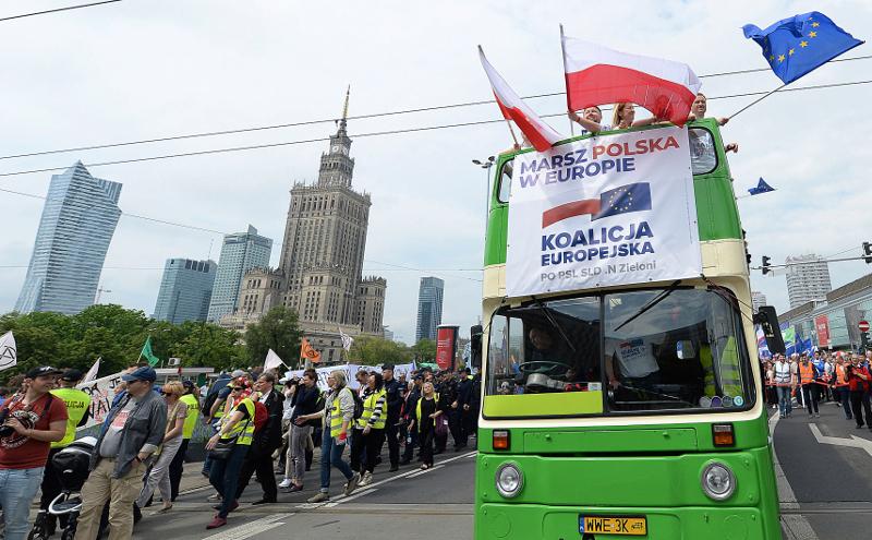 Οπαδοί της φιλοευρωπαϊκής αντιπολίτευσης στην Βαρσοβία.