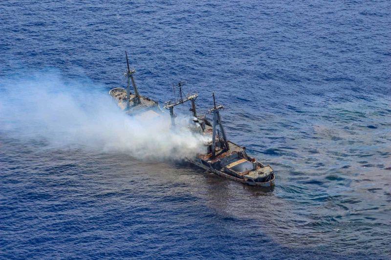 Μετά τη βολή το πλοίο αρχίζει να βυθίζεται