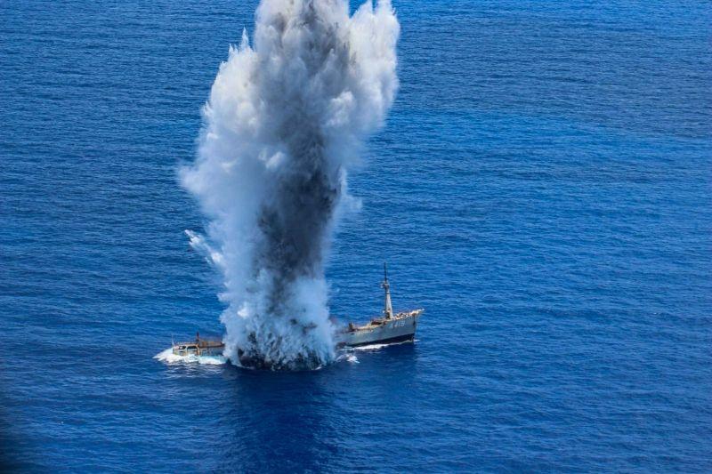 Το παροπλισμένο πλοίο που χρησιμοποιήθηκε ως στόχος έχει χτυπηθεί