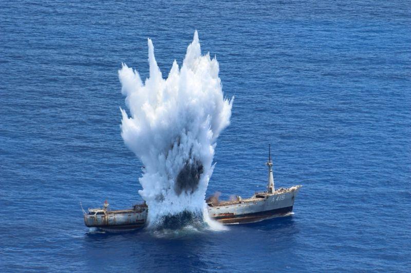Η τορπίλη από το υποβρύχιο βρίσκει το στόχο της