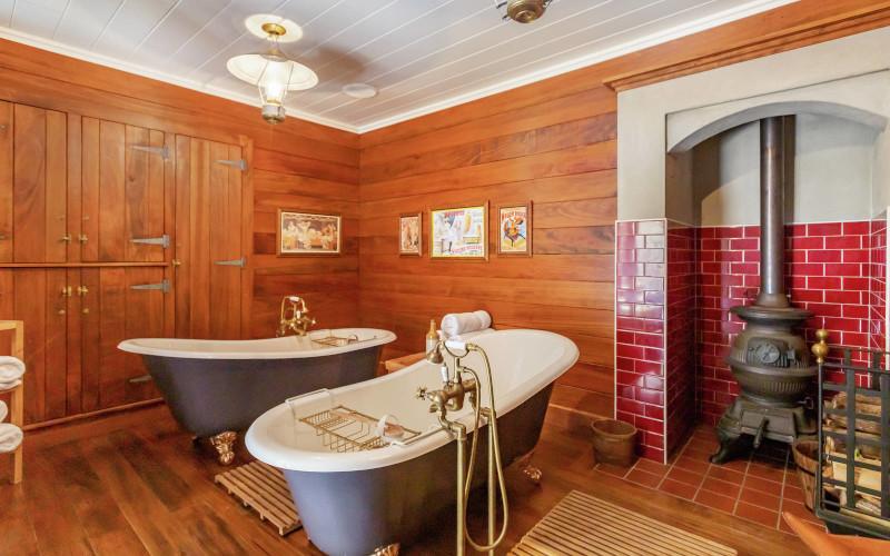 Ο ιδρυτής της περίεργης αυτής πόλης, φρόντισε να την εξοπλίσει με αντικείμενα που βρήκε στα ταξίδια τους στις ΗΠΑ - Άποψη από το μπάνιο του ξενοδοχείου