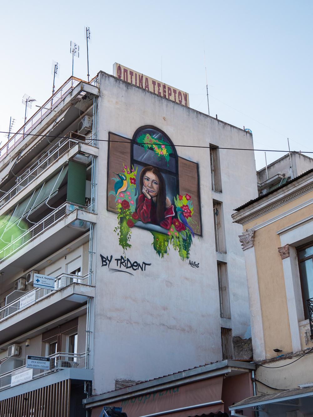 Ένας ολόκληρος τοίχος πολυκατοικίας στα Τρίκαλα γέμισε «χαμόγελα»