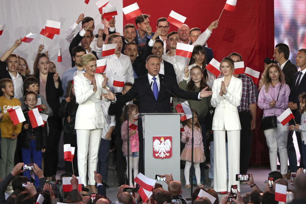 O απερχόμενος συντηρητικός πρόεδρος Αντρέι Ντούντα, σύμμαχος των κυβερνώντων εθνικιστών του κόμματος Νόμος και Δικαιοσύνη (PiS), εξασφαλίζει ποσοστό 50,4% των ψήφων.