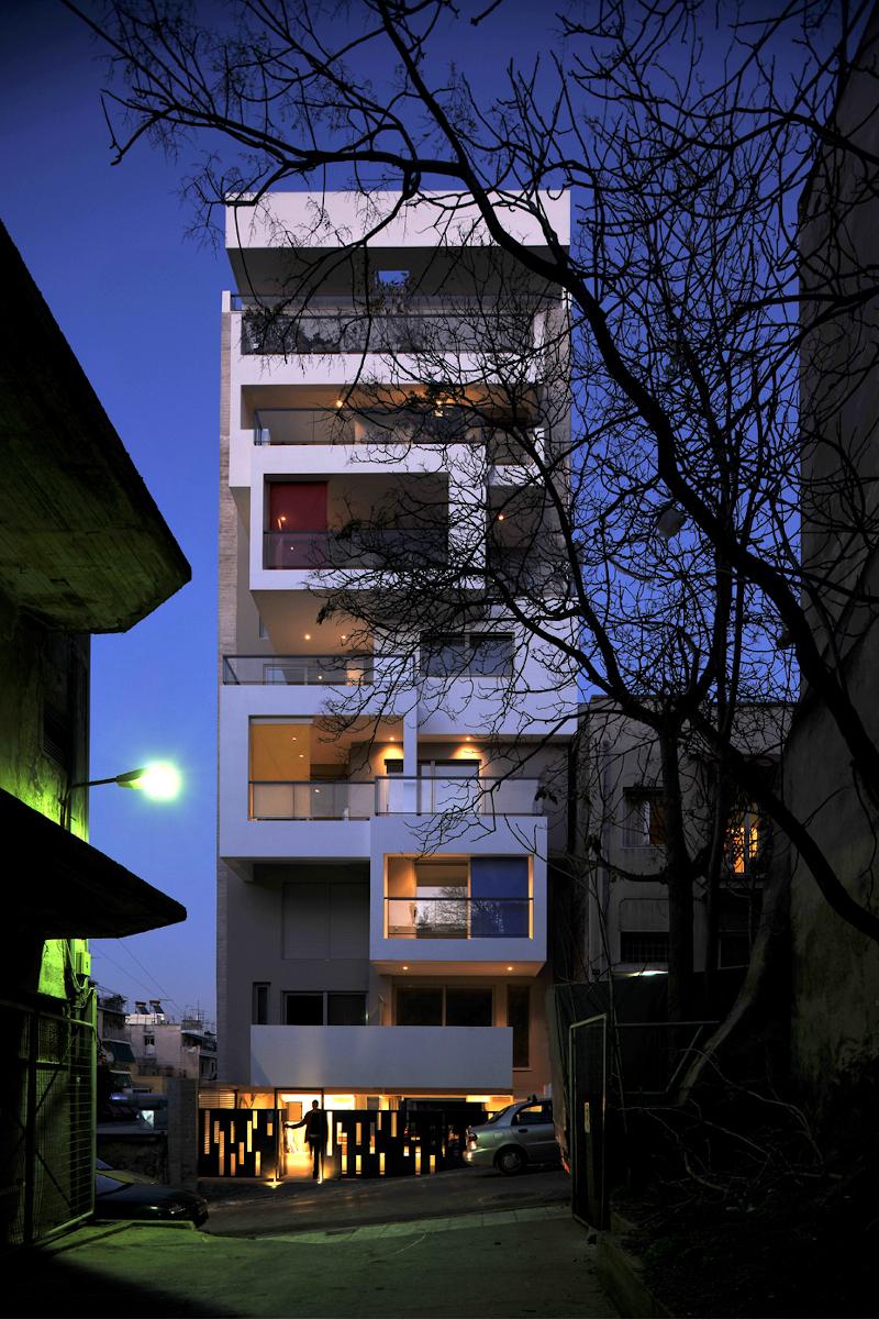 Πολυκατοικία στο Παγκράτι, βράδυ