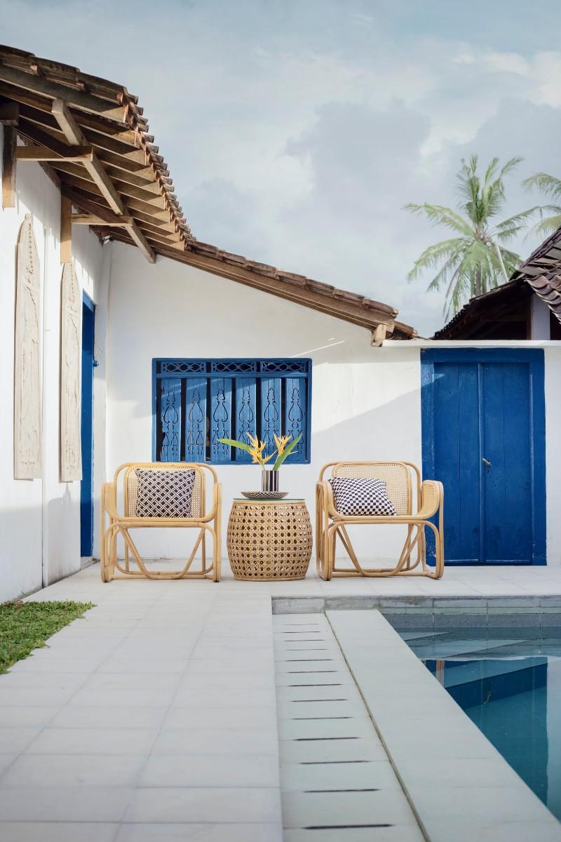 Πολυθρόνες σε κήπο, δίπλα σε πισίνα