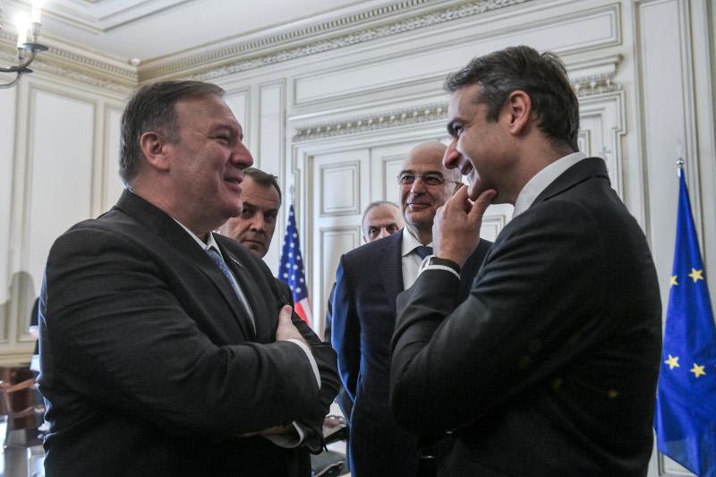 Ο Μάικ Πομπέο συζητά με τον Κυριάκο Μητσοτάκη, δίπλα στον Νίκο Δένδια και τον Νίκο Παναγιωτόπουλος