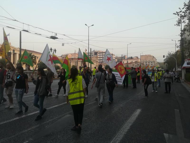 Οι Κούρδοι σήκωσαν πανό και  φώναξαν συνθήματα στο κέντρο της Αθήνας για τις εξελίξεις στη βόρεια Συρία