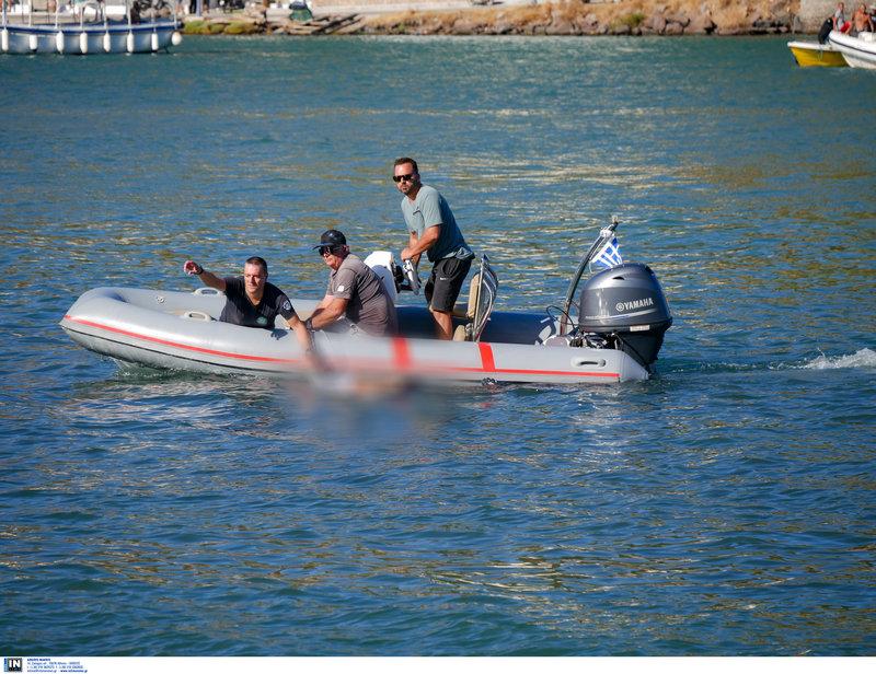 Ανδρες του Λιμενικού μεταφέρουν στην ξηρά σορό επιβαίνοντα στο μοιραίο ελικόπτερο