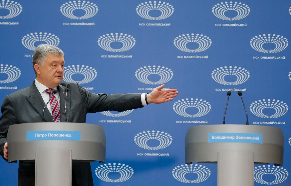 Ο πρόεδρος της Ουκρανίας Ποροσένκο με το χέρι να δείχνει το άδειο πόντιουμ στα αριστερά του