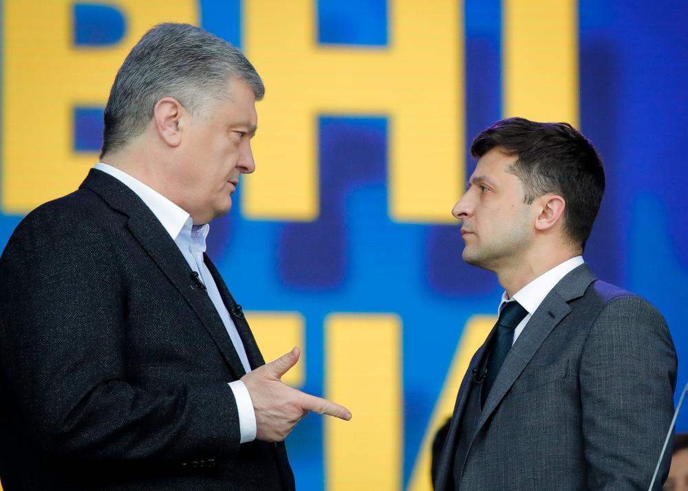 Ποροσένκο  και Ζελένσκι κοιτιούνται στα μάτια σε στιγμιότυπο πριν τις εκλογές στην Ουκρανία