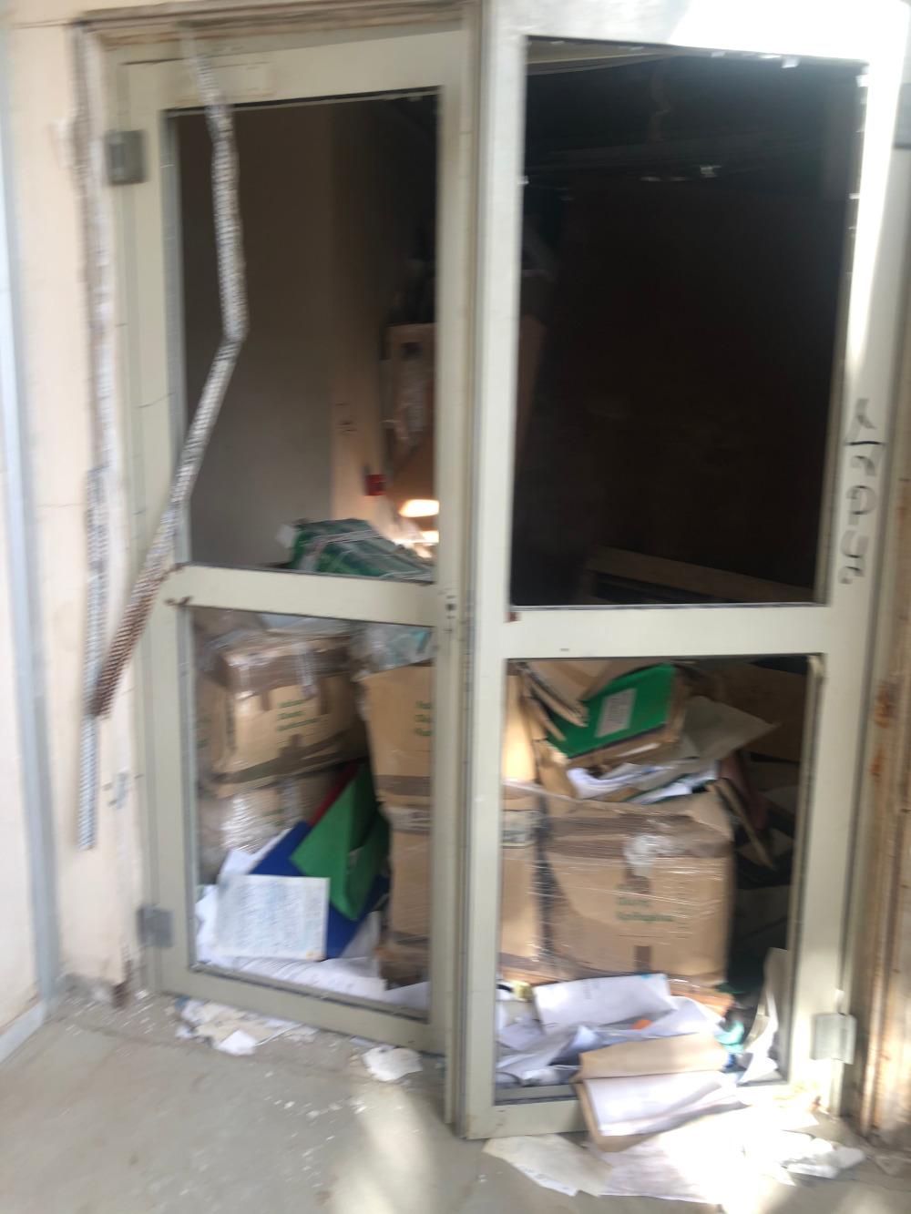 Πόρτες έξω από αποθήκες, δείχνουν ότι έχει γίνει λεηλασία