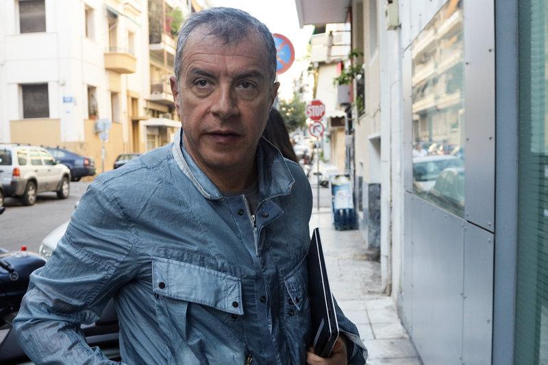 Ο Σταύρος Θεοδωράκης μπαίνει στην συνεδρίαση της Π.Γ. του Ποταμιού