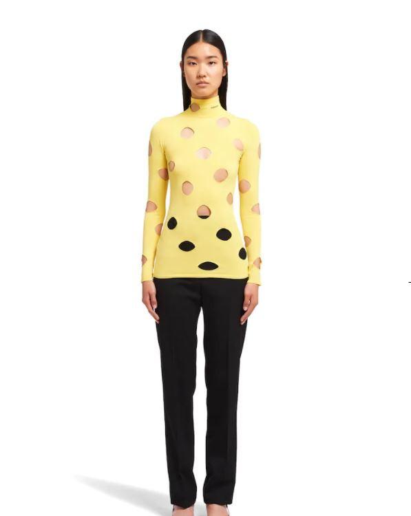 μοντέλο με κίτρινο ζιβάγκο