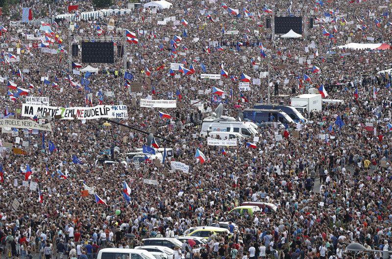 Τεράστια αντικυβερνητική διαδήλωση στην Πράγα
