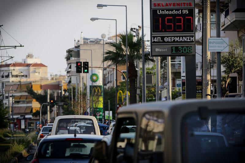 Ουρές αυτοκινήτων μπροστά από πρατήρια καυσίμων. Στην εικόνα διακρίνονται και οι πίνακες με τις τιμές ανά είδος καυσίμου.