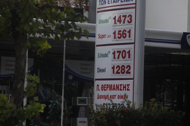 Πινακίδα έξω από πρατήριο καυσίμων με αναρτημένες τις τιμές για κάθε είδος καυσίμου