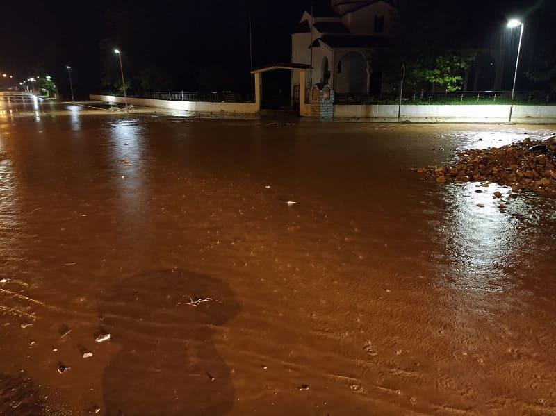 Πλημμυρισμένος δρόμος τη νύχτα στη Πρέβεζα