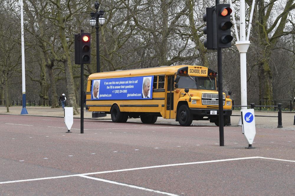 Το σχολικό λεωφορείο με το μπάνερ που καλεί τον πρίγκιπα Άντριου να μιλήσει στις Αρχές / Φωτογραφία: AP Photos