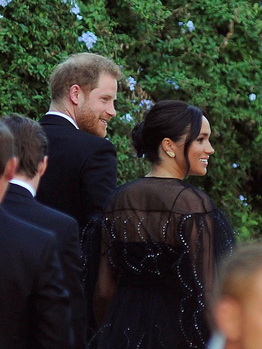 Ο Πρίγκιπας Χάρι και η Μέγκαν Μαρκλ σε πιο σκούρες αποχρώσεις σε ό, τι αφορά τις ενδυματολογικές τους επιλογές στον γάμο στη Ρώμη