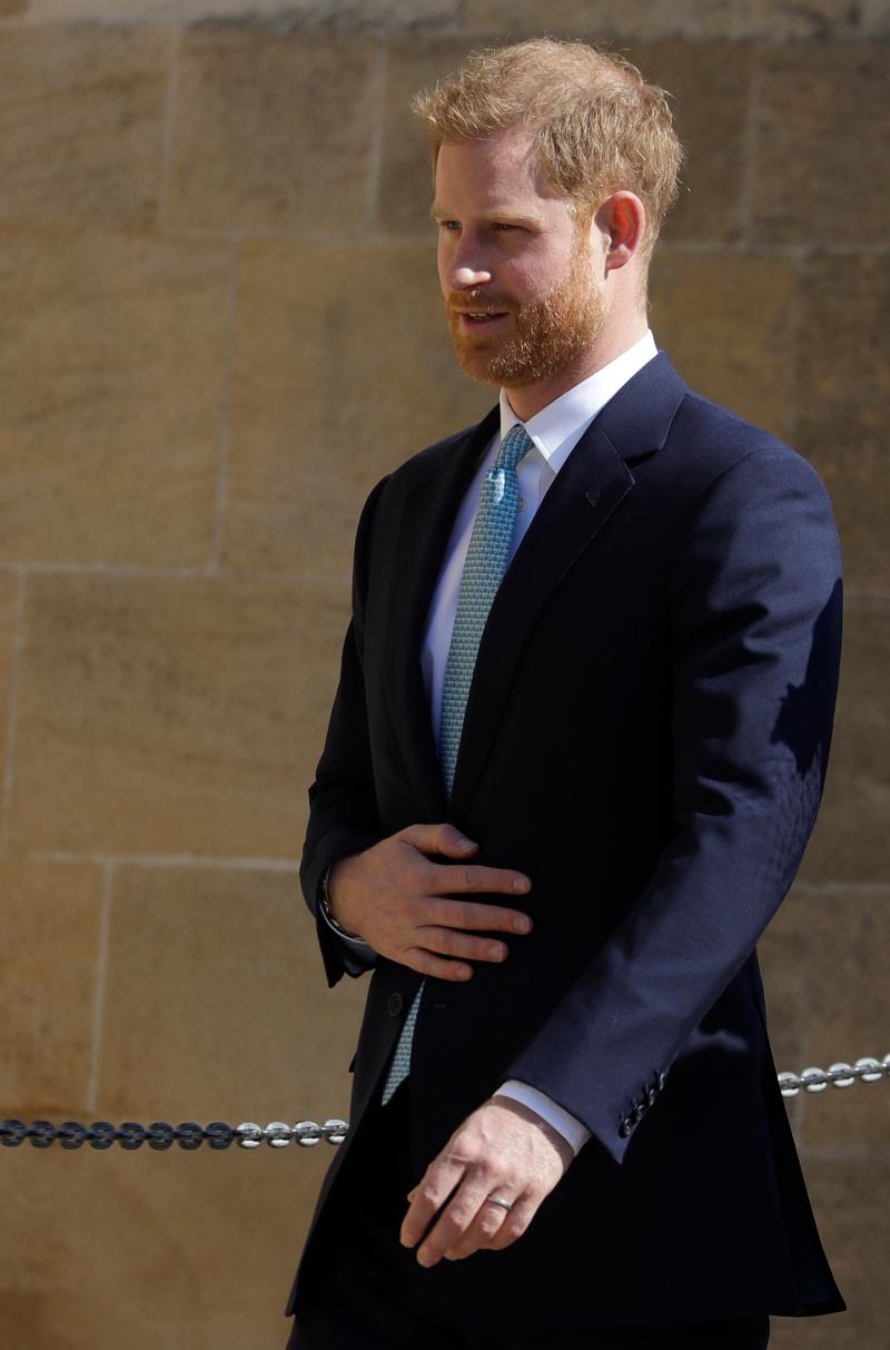 Ο πρίγκιπας Χάρι κρατά το σακάκι του κλειστό καθώς περπατά