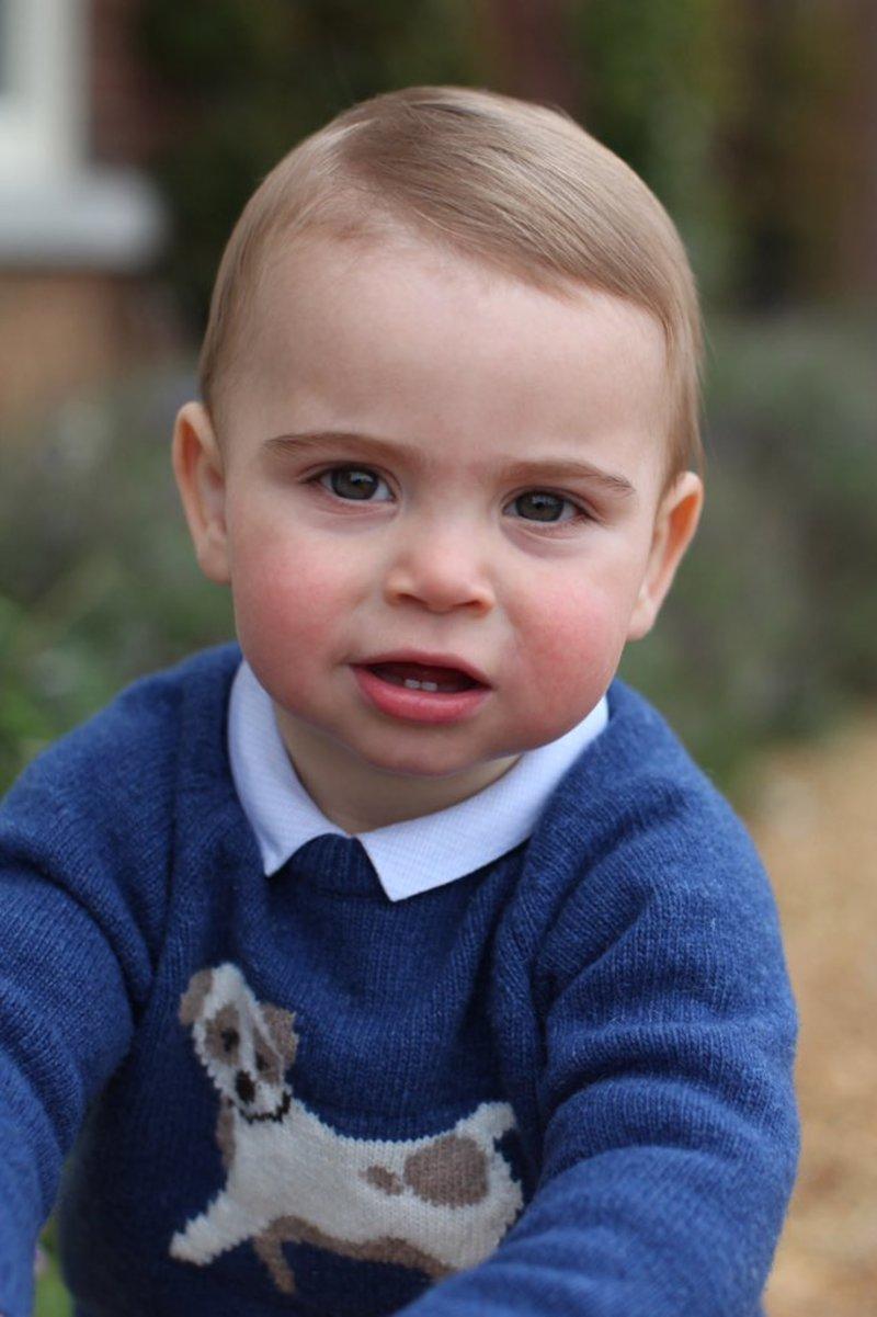 Ο πρίγκιπας Λούις κοιτά την κάμερα με ανοικτό το στόμα