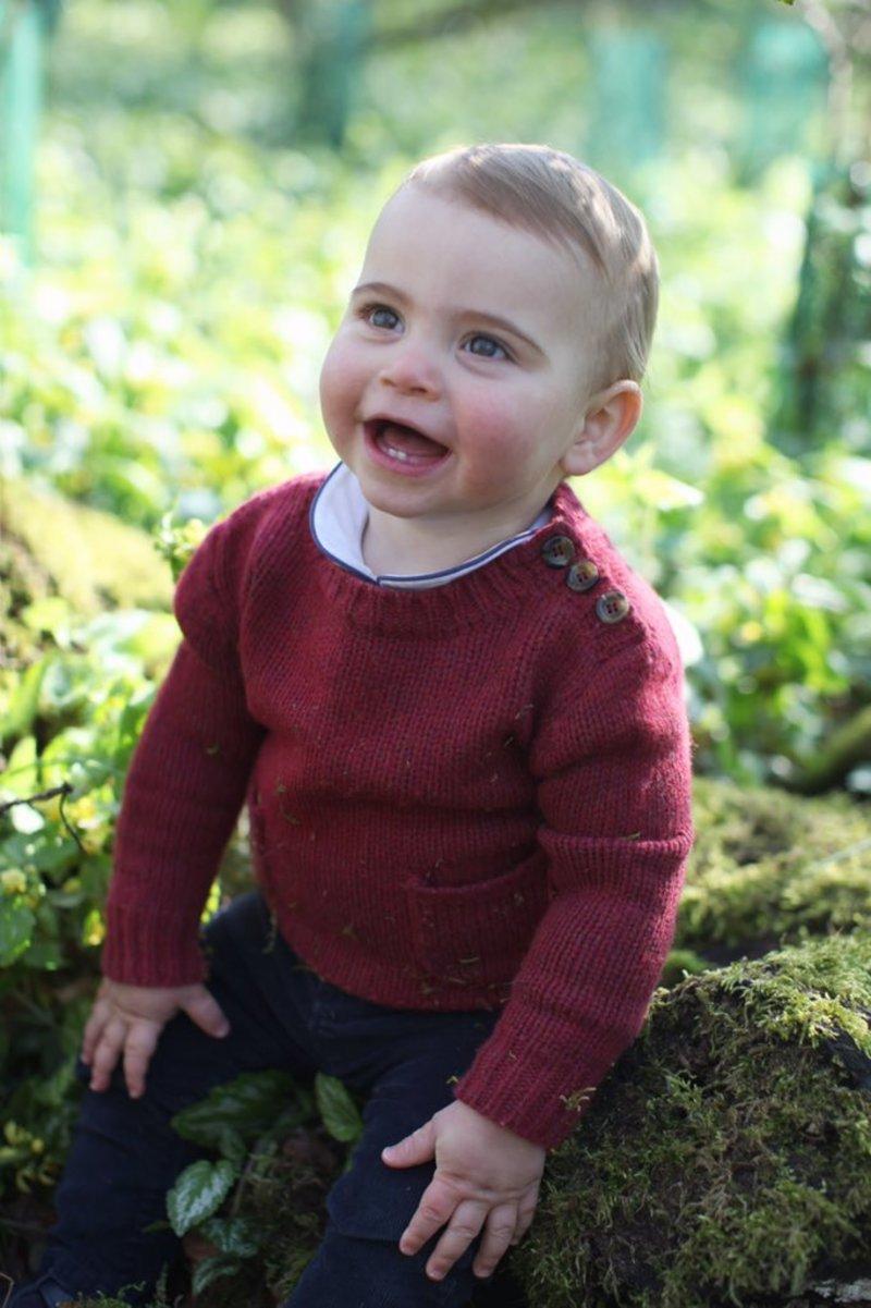 Ο χαμογελαστός πρίγκιπας Λούις κάθεται μέσα στα χώματα σε κήπο