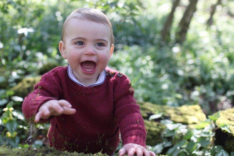 Ο πρίγκιπας Λούις με ανοικτό το στόμα και τεντωμένο χέρι, παίζει στον κήπο