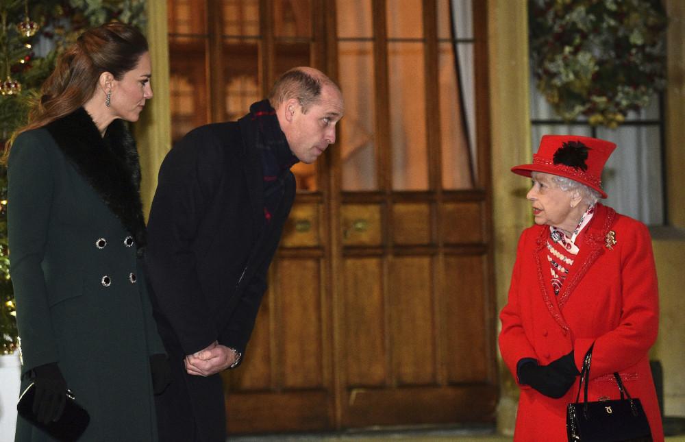 Ο πρίγκιπας Γουίλιαμ με την Κέιτ Μίντλετον συναντήθηκαν χθες με την βασίλισσα Ελισάβετ - για πρώτη φορά από τον περασμένο Μάρτιο