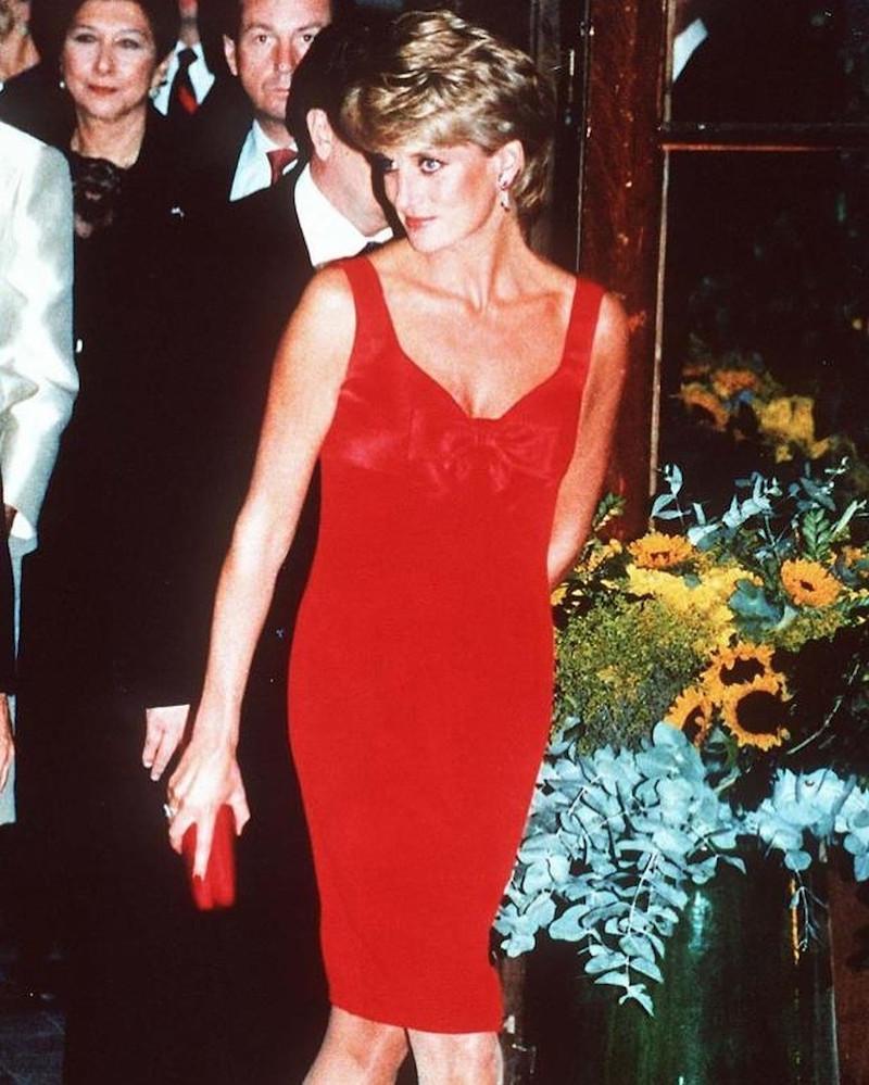 Η πριγκίπισσα Νταϊάνα με κόκκινο φόρεμα