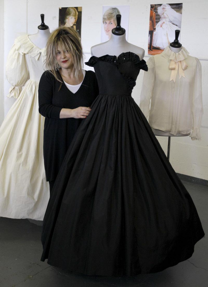 Δύο από τα φορέματα και μία μπλούζα που σχεδίασαν οι Εμανουέλ για την πριγκίπισσα Νταϊάνα