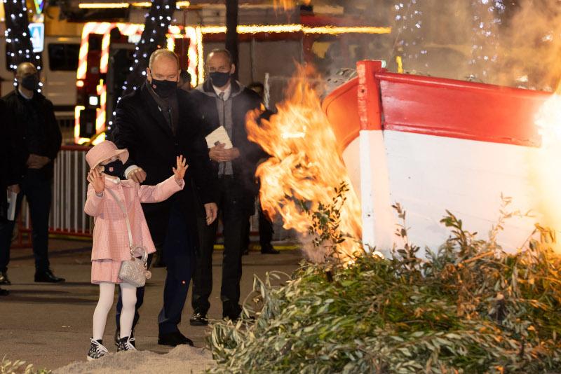 Ενθουσιασμένη με το άναμμα της φωτιάς η 6χρονη πριγκίπισσα Γκαμπριέλα