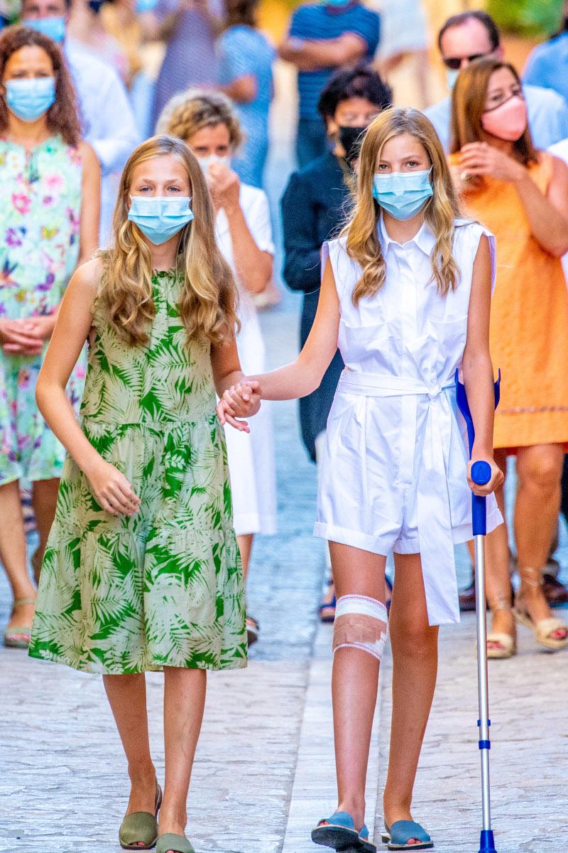 Η πριγκίπισσα Λεονόρ βοηθά την μικρή αδερφή της, πριγκίπισσα Σοφία που περπατούσε με πατερίτσα μετά από τραυματισμό στο γόνατο