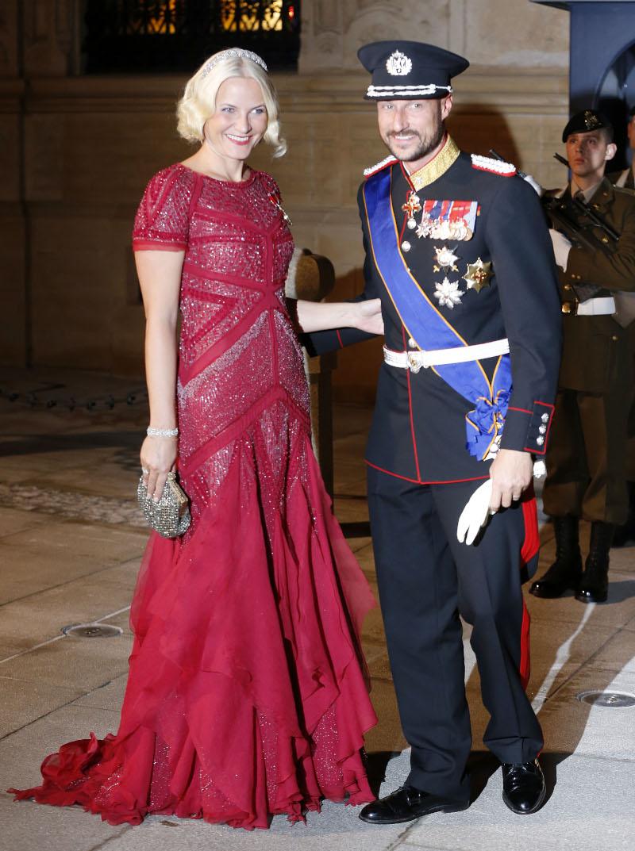 Η πριγκίπισσα της Νορβηγίας με κόκκινο φόρεμα και ο πρίγκιπας της Νορβηγίας