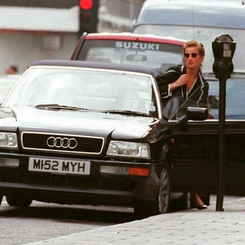 Η πριγκίπισσα Νταϊάνα βγαίνει από αυτοκίνητο