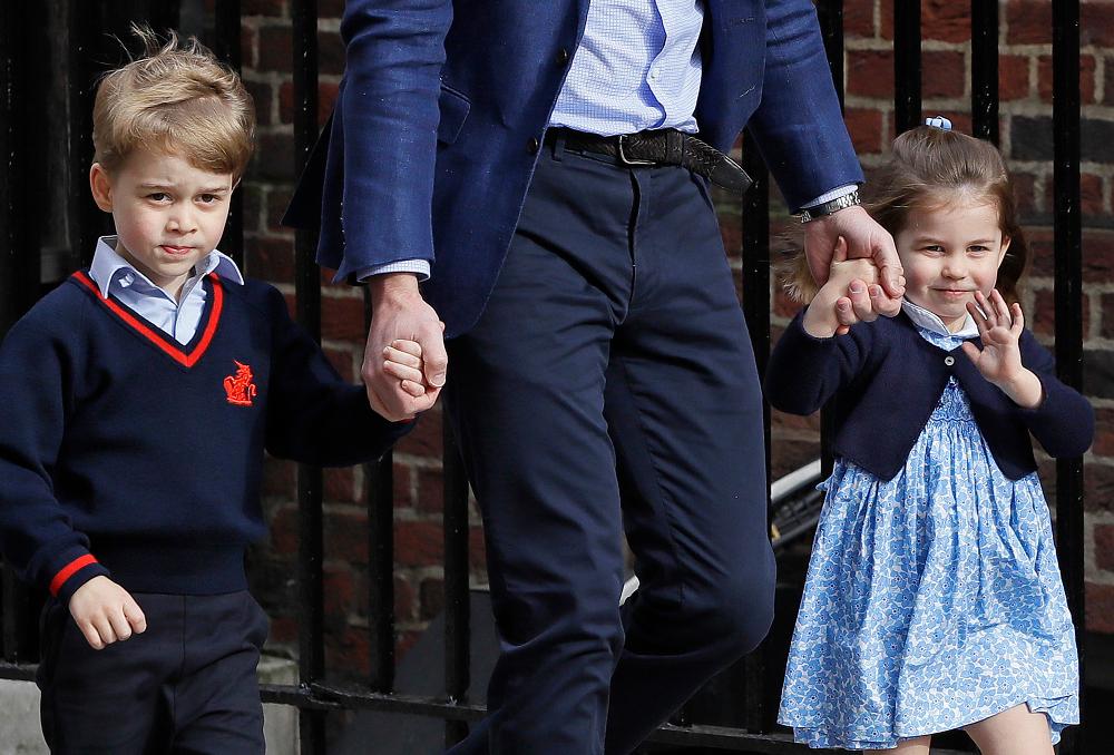 Ο πρίγκιπας Τζορτζ και η πριγκίπισσα Σάρλοτ χαιρετούν τον κόσμο
