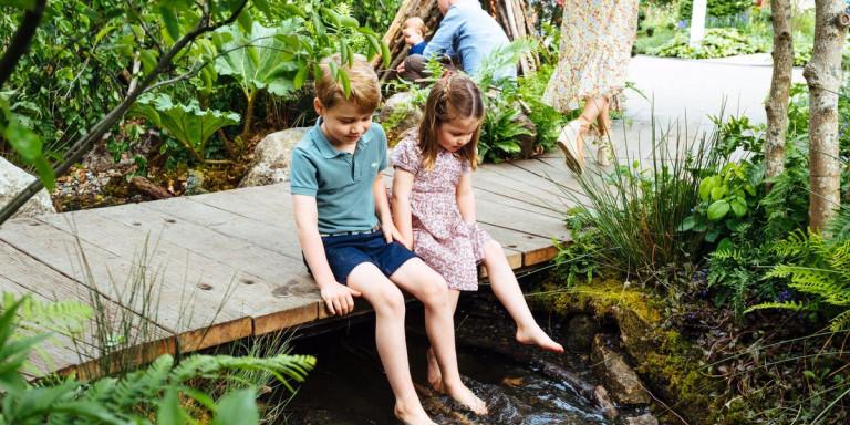 πρίγκιπας ΤΖορτζ και Σάρλοτ παίζουν στον κήπο που έφτιαξε η μητέρα τους, Κέιτ Μίντλετον