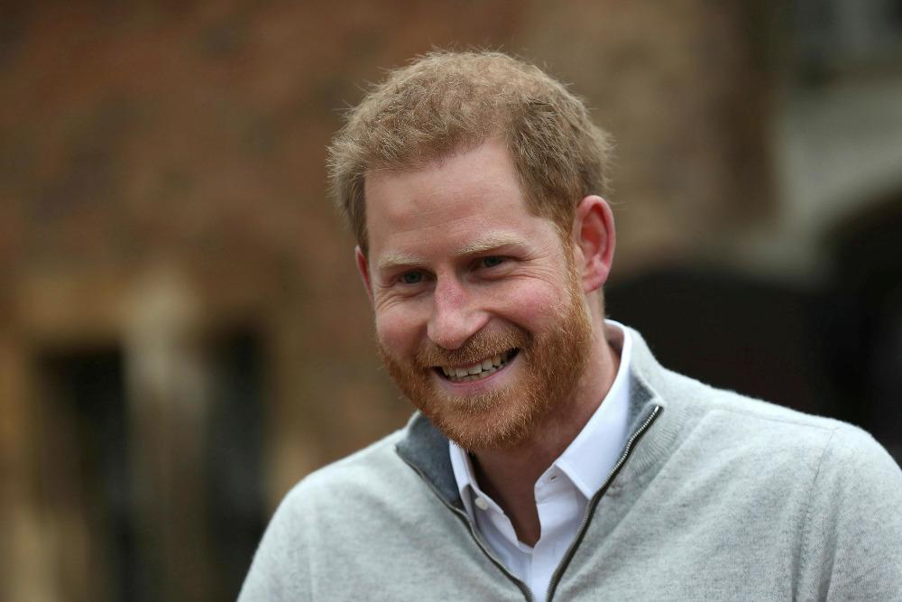 Ο χαμογελαστός πρίγκιπας Χάρι μιλά στους δημοσιογράφους μετά την γέννηση του πρώτου του παιδιού