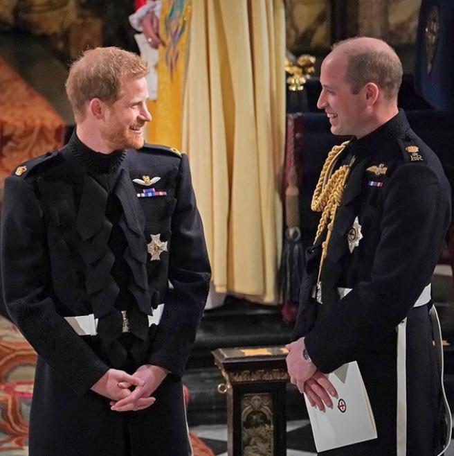 Πρίγκιπας Χάρι και πρίγκιπας Γουίλιαμ κοιτάζονται και χαμογελούν