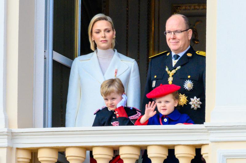 Ο πρίγκιπα Αλβέρτος του Μονακό, με την σύζυγό του Σαρλέν και τα δυο τους παιδιά, χαιρετούν τα πλήθη στην Εθνική Επέτειο του Μονακό