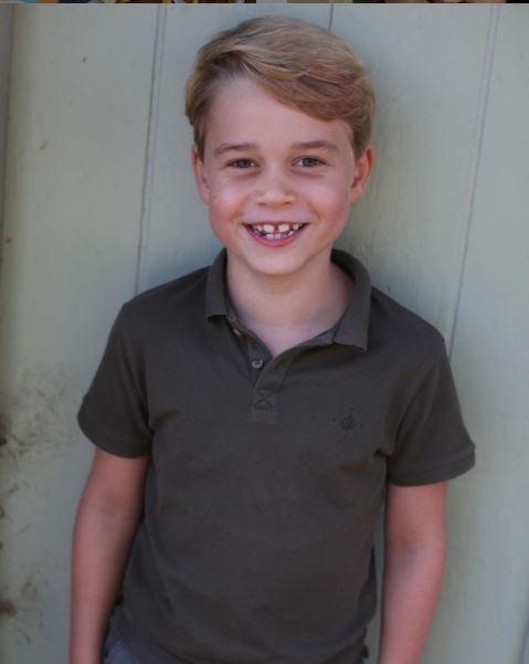 Πρίγκιπας Τζορτζ με χακί μπλούζα χαμογελαστός