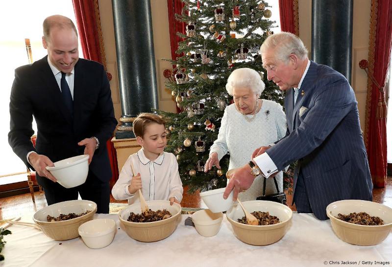 Ο πρίγκιπας Τζορτζ, η βασίλισσα Ελισάβετ, ο πρίγκιπας Κάρολο και ο πρίγκιπας Γουίλιαμ έφτιαξαν παραδοσιακή χριστουγεννιάτικη πουτίγκα για την Βασιλική Βρετανική Λεγεώνα