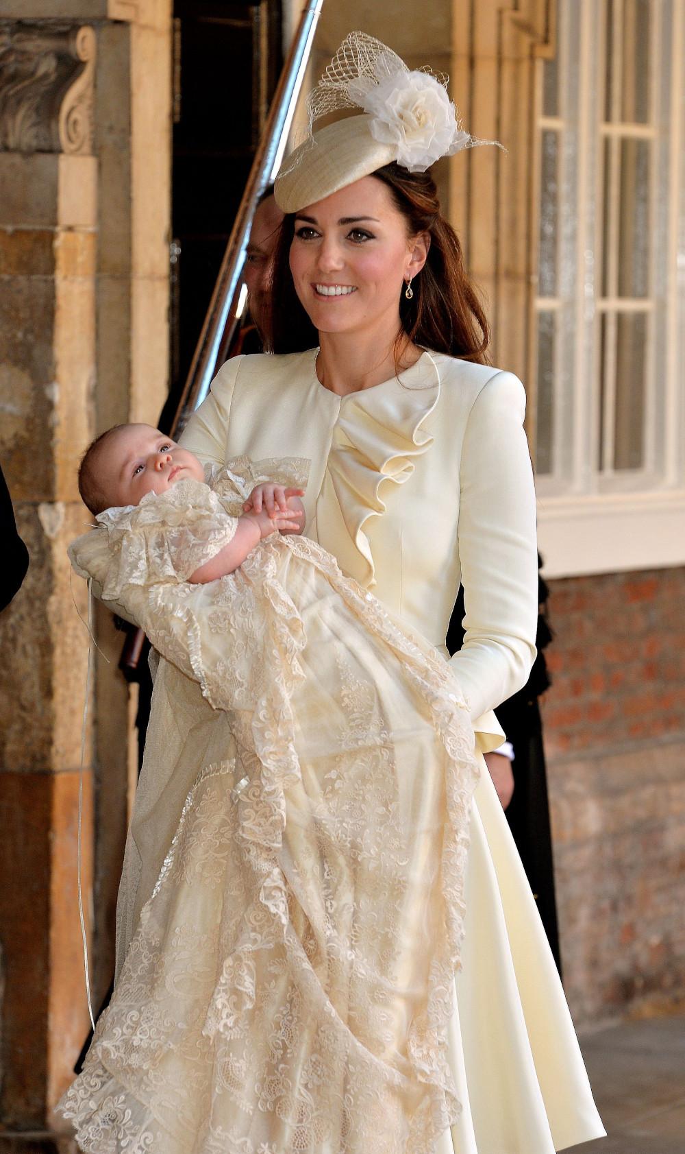 Η Κέιτ Μίντλετον κρατώντας στην αγκαλιά της τον πρίγκιπα Τζορτζ στην βάπτισή του