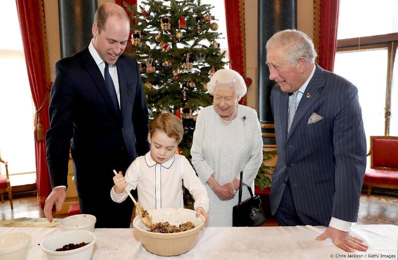Ο 6χρονος πρίγκιπας Τζορτζ κατάφερε να μην λερωθεί καθόλου, ανακατεύοντας με δυσκολία το μείγμα της χριστουγεννιάτικης πουτίγκας