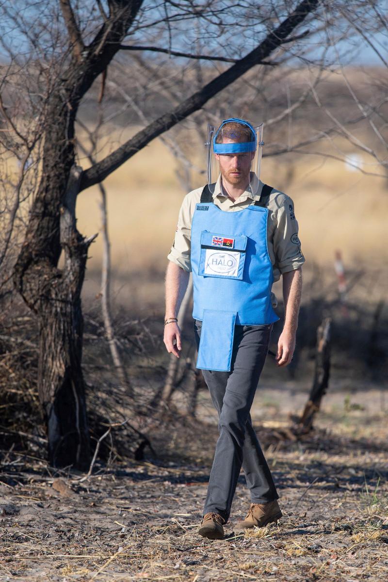 Ο πρίγκιπας Χάρι, σε ένα συναισθηματικά φορτισμένο ταξίδι, διέσχισε επίσης ένα ναρκοπέδιο στην Ανγκόλα