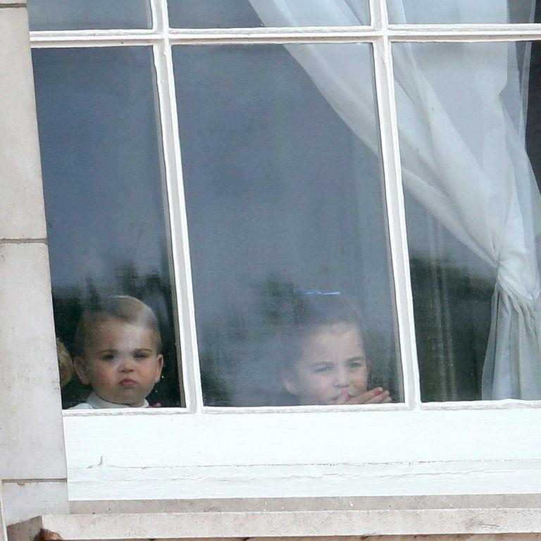 Πρίγκιπας Λούις όλο απορία στο παράθυρο του Μπάκιγχαμ.